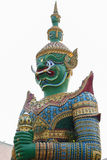 Trwanie giganta strażnika statua w Szmaragdowej Buddha świątyni w uderzeniu Obrazy Stock