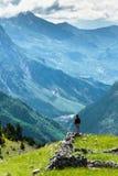 Trwanie mężczyzna przyznaje wspaniałego widok górskiego zdjęcia stock