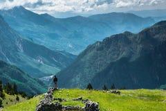 Trwanie mężczyzna przyznaje wspaniałego widok górskiego zdjęcie royalty free