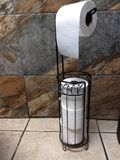 Trwanie papieru toaletowego właściciela obwieszenia rolki biel ciąć na arkusze ekstra rolka metalu dachówkowej podłogi łazienki d obrazy royalty free
