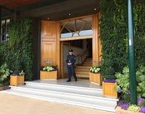 Trwanie strażnik przy Wimbledon ` s klubu domem zdjęcia royalty free