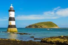Trwyn Du Lighthouse ed isola del puffino Fotografie Stock Libere da Diritti