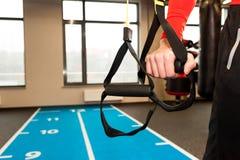 TRX Manhänder med remmar för kondition TRX i idrottshall Fotografering för Bildbyråer