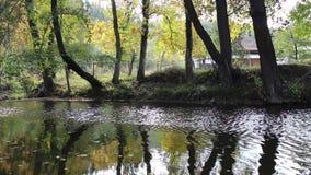 Tryavna flod i staden av Tryavna i höstsäsongen arkivfilmer