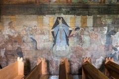 Trybsz, POLONIA - 11 agosto 2016; Interno di vecchia chiesa di legno gotica della st Elizabeth's in Trybsz Immagine Stock