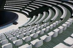 Trybuny nowożytny plenerowy amfiteatr, scena dla małych zabawnych wydarzeń, występy, koncerty lub prezentacje, obraz stock