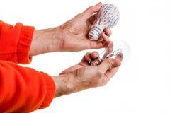 tryck 3d och verklig lightbulb Fotografering för Bildbyråer