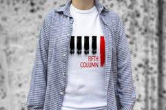 Tryck för femte kolonn på t-skjortan royaltyfri foto