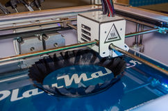 tryck för skrivaren 3D rundar den svarta plast- vasen Royaltyfria Foton