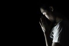 Tryck ned kvinnan som ber i mörkret som ber i hemlig rumconce Royaltyfria Bilder