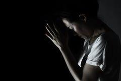 Tryck ned kvinnan som ber i mörkret som ber i hemlig rumconce Arkivbilder