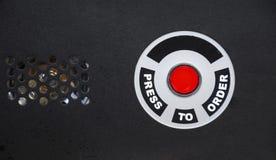 TRYCK PÅ FÖR ATT BESTÄLLA SNABBMATKNAPPEN PÅ SVART BAKGRUND fotografering för bildbyråer