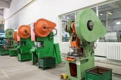 Tryck på formmaskinen i fabrik arkivfoto