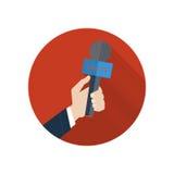 Tryck på illustrationen Mikrofon i en hand på ett rött Arkivbilder