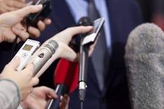 Tryck på intervjun Presskonferens mikrofoner arkivbild