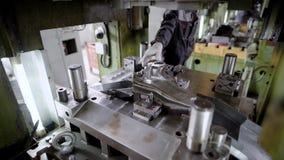 Tryck på produktion Maskindelar produceras genom att använda en arkstålform stock video
