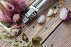 Tryck på vitlök, röd vitlök och kryddor Royaltyfri Foto