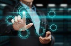 trycka på för affärsmanknapp Man som pekar på futuristisk manöverenhet Innovationteknologiinternet och affärsidé Arkivbilder