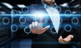 trycka på för affärsmanknapp Man som pekar på futuristisk manöverenhet Innovationteknologiinternet och affärsidé Arkivbild