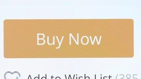 Trycka på knappen på skärmen att köpa nu stock video
