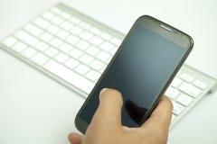 Trycka på mobiltelefonen Arkivfoton