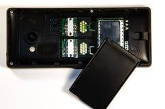 Tryckknapptelefon som analyserar, SIM-kort, minneskort arkivfoto