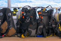 Tryckluftsapparater för att dyka ombord skeppet är klara att dyka in i royaltyfria bilder