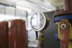 Tryckmätare inom ett industriellt rum Arkivfoton