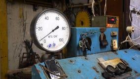 Tryckmätare på kontrollbordet Tryckmätare- eller för tryckindikator ställningar på den gamla blåa kontrollbordet som fungerar frå royaltyfri bild