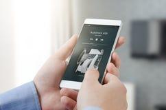 Tryckning av musikapplikation på den smarta telefonen Arkivbild