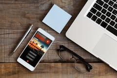 Tryckning av serieapp-service i en mobiltelefonskärm royaltyfri fotografi