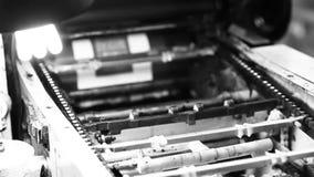 Tryckpress som arbetar i svartvitt lager videofilmer