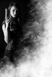 tryckspruta som rymmer den sexiga kvinnan Arkivfoton