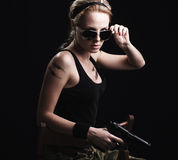 trycksprutamilitär som poserar den sexiga kvinnan Fotografering för Bildbyråer