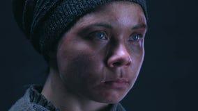 Tryckt ned tonårs- tiggare som gråter om hopplöst armod, hunger och armod lager videofilmer