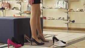 Tryes della donna sulle scarpe nere e marroni archivi video