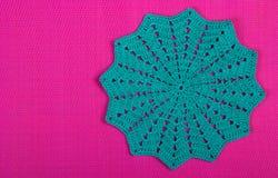 Trykotowa pielucha na różowym tle trykotowa tekstura Obraz Stock