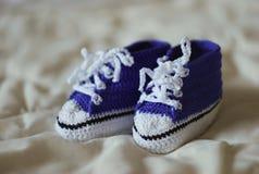Trykotowi gumshoes dla chłopiec troszkę Zdjęcie Royalty Free