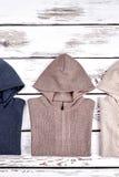 Trykotowi kapturzaści pulowery na sprzedaży Zdjęcie Royalty Free