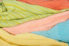 Trykotowi wełna pulowery Stos trykotowy lato odziewa na drewnianym tle, pulowery, knitwear, przestrzeń dla teksta fotografia stock