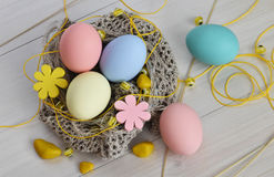 Trykotowy gniazdeczko z Wielkanocnymi jajkami Obraz Stock