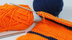 Trykotowy kawałek pomarańczowa i błękitna wełna fotografia stock