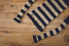 Trykotowy pulower na Drewnianym tle Ręcznie Robiony; Fancywork dziewiarski przemysł Zdjęcie Stock