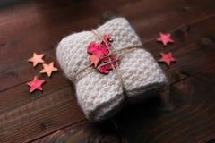 Trykotowy snood z gwiazdami i anioła spojrzenie jak prezent Zdjęcie Royalty Free