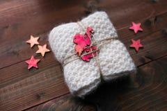 Trykotowy snood z gwiazdami i anioła spojrzenie jak prezent Zdjęcia Royalty Free