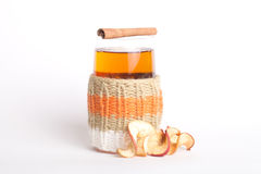 Trykotowy szklany rosjanin sbiten z wysuszonymi jabłkami i cynamonowymi kijami z Zdjęcie Stock