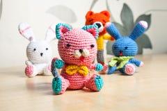 Trykotowy zabawkarski kot, niedźwiedź, królik, zając, handmade obraz stock