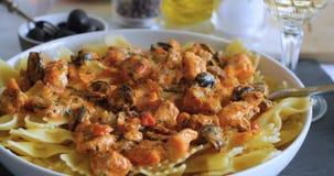 Tryskaczowy czarny pieprz nad wyśmienicie makaronem z świeżym łososiem zbiory wideo