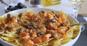 Tryskaczowy oregano nad makaronem z świeżym łososiem i czarnymi oliwkami zbiory wideo