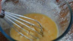 Trząść jajka w pucharze z ręka melanżerem zbiory wideo